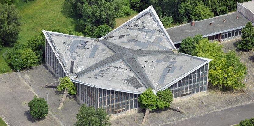 Blick auf die baupolizeilich gesperrte Hyparschale Magdeburg